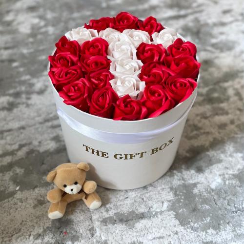 Кутия с рози с буква